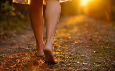 Tire seus sapatos e caminhe sobre o solo.